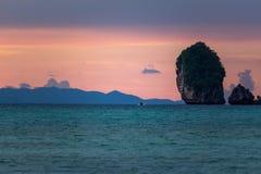 Puesta del sol púrpura rosada en Phi Phi Islands Thailand imagen de archivo libre de regalías