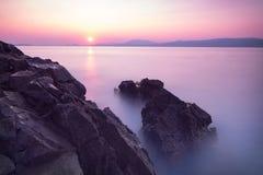 Puesta del sol púrpura sobre el mar Imágenes de archivo libres de regalías