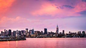 Puesta del sol púrpura sobre Midtown Manhattan Imagen de archivo