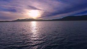 Puesta del sol púrpura viva del lago, tiro aéreo metrajes