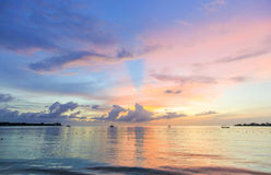 Puesta del sol púrpura y rosada del mar en la playa, del Caribe Imagen de archivo