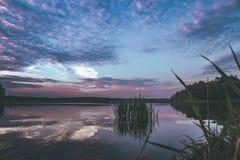 Puesta del sol p?rpura en el lago imágenes de archivo libres de regalías