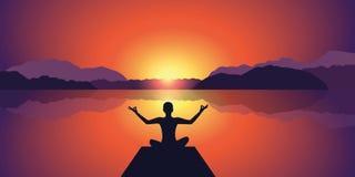 Puesta del sol pacífica de la silueta de la meditación en el fondo del lago y de las montañas libre illustration