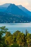 Puesta del sol pacífica que mira hacia fuera sobre el lago de Maraschina hacia las montañas Imagen de archivo