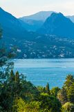 Puesta del sol pacífica que mira hacia fuera sobre el lago de Maraschina hacia las montañas Fotos de archivo