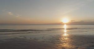 Puesta del sol pacífica sobre el mar Báltico por la tarde del verano Fotografía de archivo