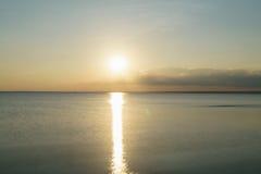Puesta del sol pacífica sobre el mar Báltico por la tarde del verano Foto de archivo libre de regalías