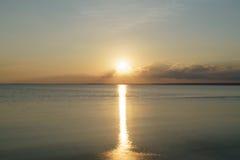 Puesta del sol pacífica sobre el mar Báltico por la tarde del verano Fotografía de archivo libre de regalías