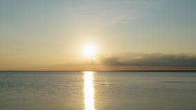 Puesta del sol pacífica sobre el mar Báltico por la tarde del verano Imágenes de archivo libres de regalías