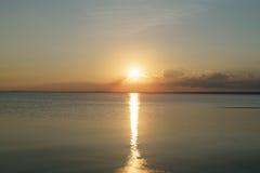 Puesta del sol pacífica sobre el mar Báltico por la tarde del verano Imagen de archivo