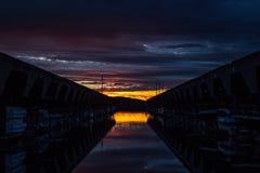 Puesta del sol pacífica sobre los veleros en el muelle Foto de archivo libre de regalías