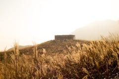 Puesta del sol Paek con la casa de piedra en Hong Kong fotografía de archivo libre de regalías