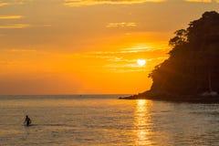 Puesta del sol del paisaje en la isla de Kala de punta de la playa de Layan Imagen de archivo