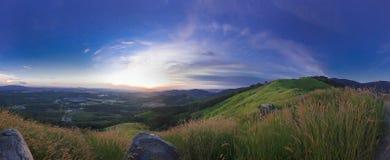 Puesta del sol panorámica de la montaña Imagen de archivo libre de regalías