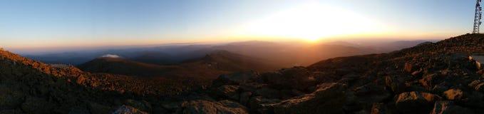 Puesta del sol panorámica de la montaña Fotos de archivo libres de regalías