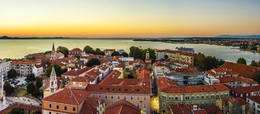 Puesta del sol del panorama en el mar en la ciudad vieja Zadar Croacia imagenes de archivo