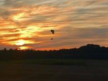 Puesta del sol del Paragliding imagen de archivo libre de regalías