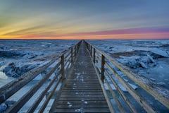 Puesta del sol del paseo marítimo en la playa gris Cape Cod del ` s foto de archivo