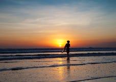 Puesta del sol perfecta para las personas que practica surf en Bali Foto de archivo
