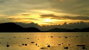 Puesta del sol Phuket Tailandia de la playa Imagenes de archivo