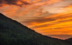 Puesta del sol pintoresca en las montañas de Altai, Ridder, Kazajistán Imagenes de archivo