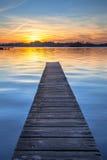 Puesta del sol pintoresca sobre el embarcadero de madera en Groninga, Países Bajos Fotografía de archivo