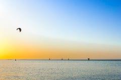 Puesta del sol pintoresca sobre el escupitajo de la arena en el mar Fotografía de archivo