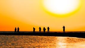 Puesta del sol pintoresca sobre el escupitajo de la arena en el mar Imágenes de archivo libres de regalías