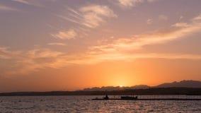 Puesta del sol pintoresca del timelapse sobre el Mar Rojo metrajes