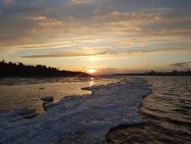 Puesta del sol por el agua fotos de archivo libres de regalías