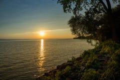 Puesta del sol por el lago fotos de archivo