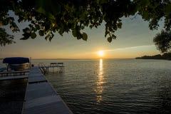 Puesta del sol por el lago imágenes de archivo libres de regalías