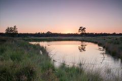Puesta del sol por el lago Imagenes de archivo