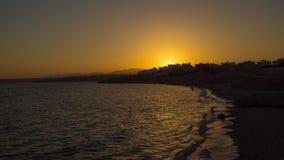 Puesta del sol por el mar almacen de metraje de vídeo