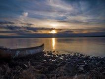 Puesta del sol por el mar Fotos de archivo libres de regalías