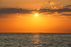 Puesta del sol por el mar foto de archivo