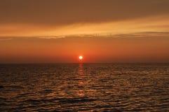 Puesta del sol por el mar en Cerdeña foto de archivo