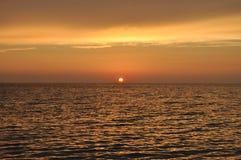 Puesta del sol por el mar en Cerdeña fotos de archivo