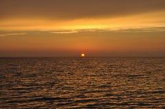 Puesta del sol por el mar en Cerdeña fotos de archivo libres de regalías