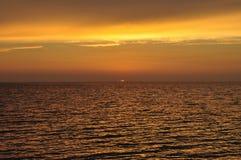 Puesta del sol por el mar en Cerdeña fotografía de archivo libre de regalías