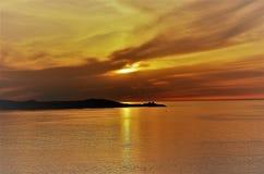 Puesta del sol por el mar en primavera temprana fotos de archivo libres de regalías