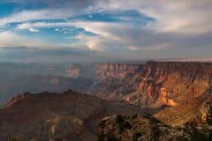 Puesta del sol por el parque de Grand Canyon Imagenes de archivo