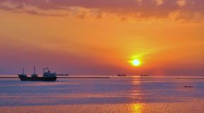 Puesta del sol por la bahía Imagenes de archivo