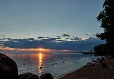 Puesta del sol por la orilla foto de archivo libre de regalías