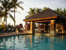 Puesta del sol por la piscina Fotos de archivo libres de regalías