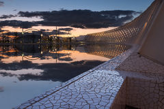 Puesta del sol por la piscina Imagen de archivo