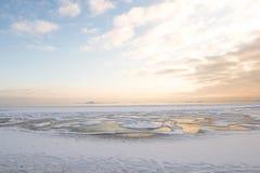 Puesta del sol por la playa, mar helado del invierno fotos de archivo