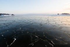 Puesta del sol por la playa, proyecto del invierno del hielo fotos de archivo libres de regalías
