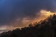 Puesta del sol por la tarde de niebla Foto de archivo libre de regalías