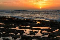 Puesta del sol por las piscinas rocosas de la marea en Waianae, Hawaii Fotografía de archivo